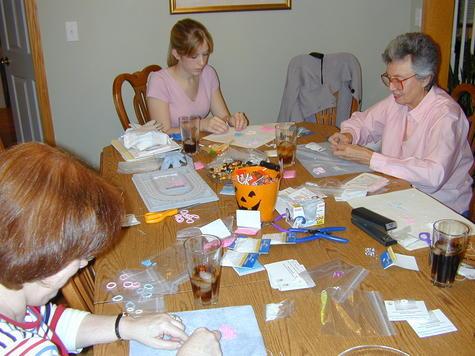 Making_bracelets_at_october_05_ia_meetin_1